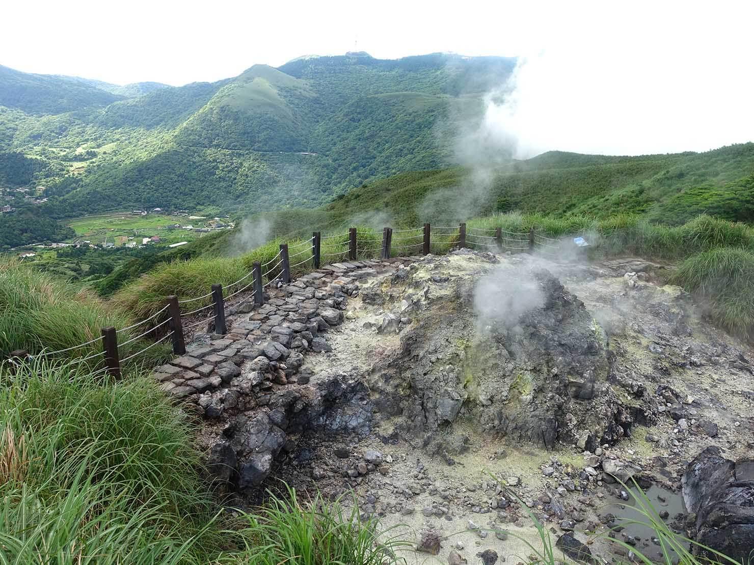 台北最高峰・七星山への登山歩道で蒸気の吹き出す岩を上から眺める
