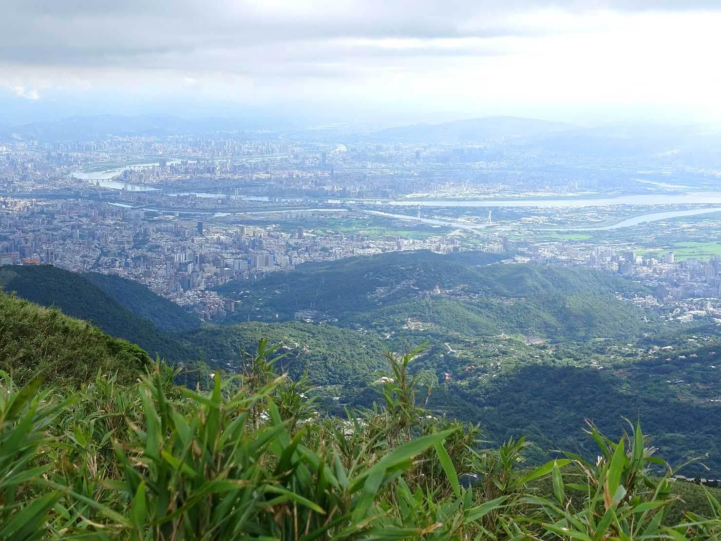 台北最高峰・七星山への登山歩道から眺める台北市街