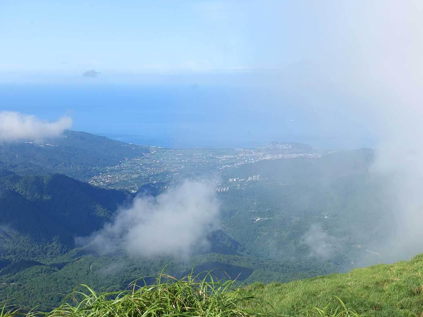 台北最高峰・七星山の頂上(主峰)から眺める台湾北海岸