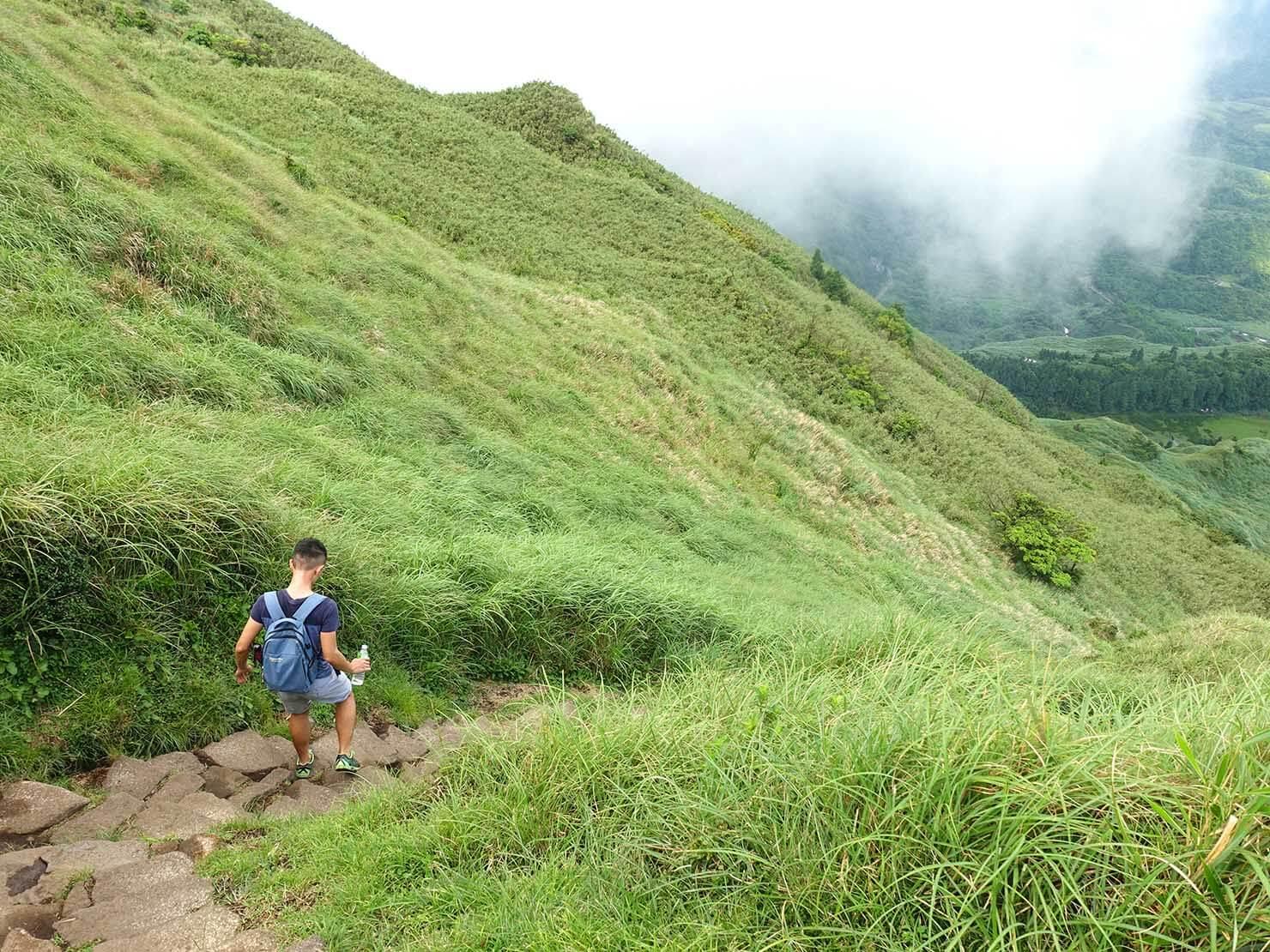 台北最高峰・七星山の東峰から伸びる登山歩道の階段