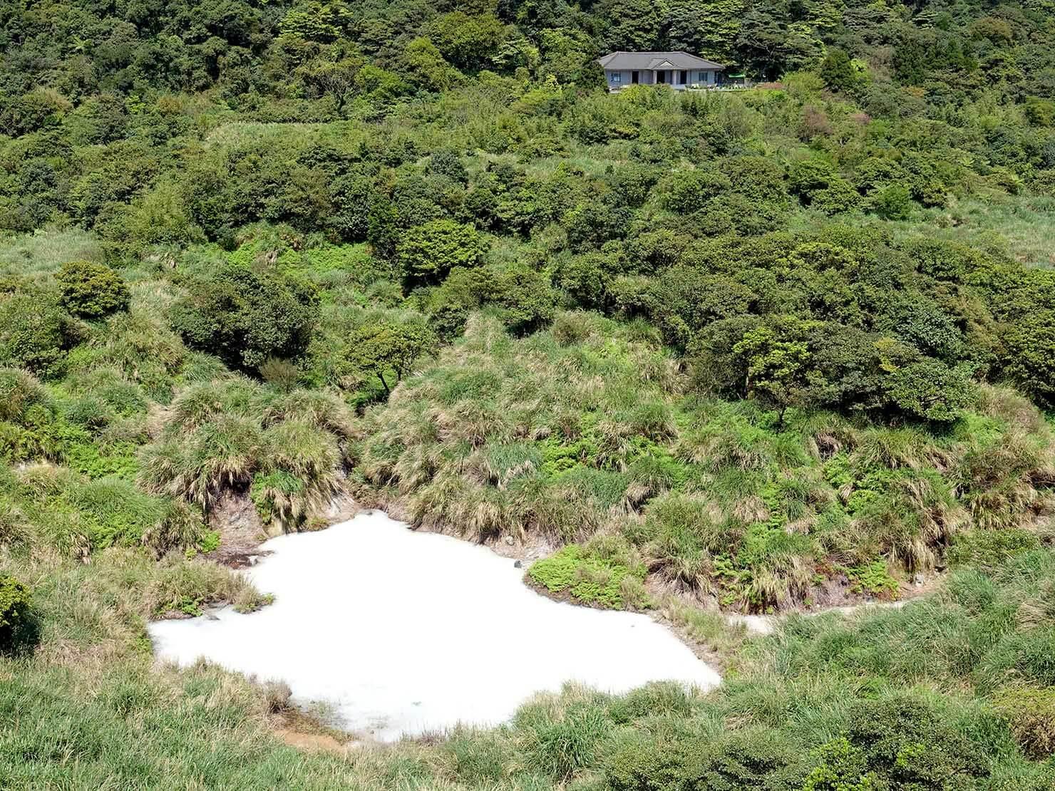 台北・陽明山のおすすめスポット「冷水坑」から望む牛奶湖