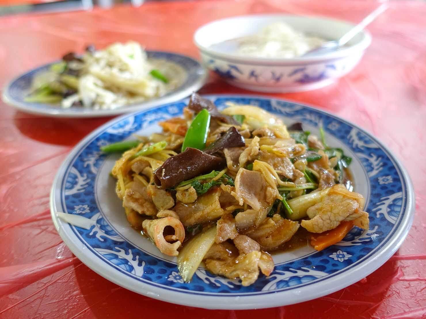 台北・陽明山のおすすめスポット「竹子湖」のレストランで食事