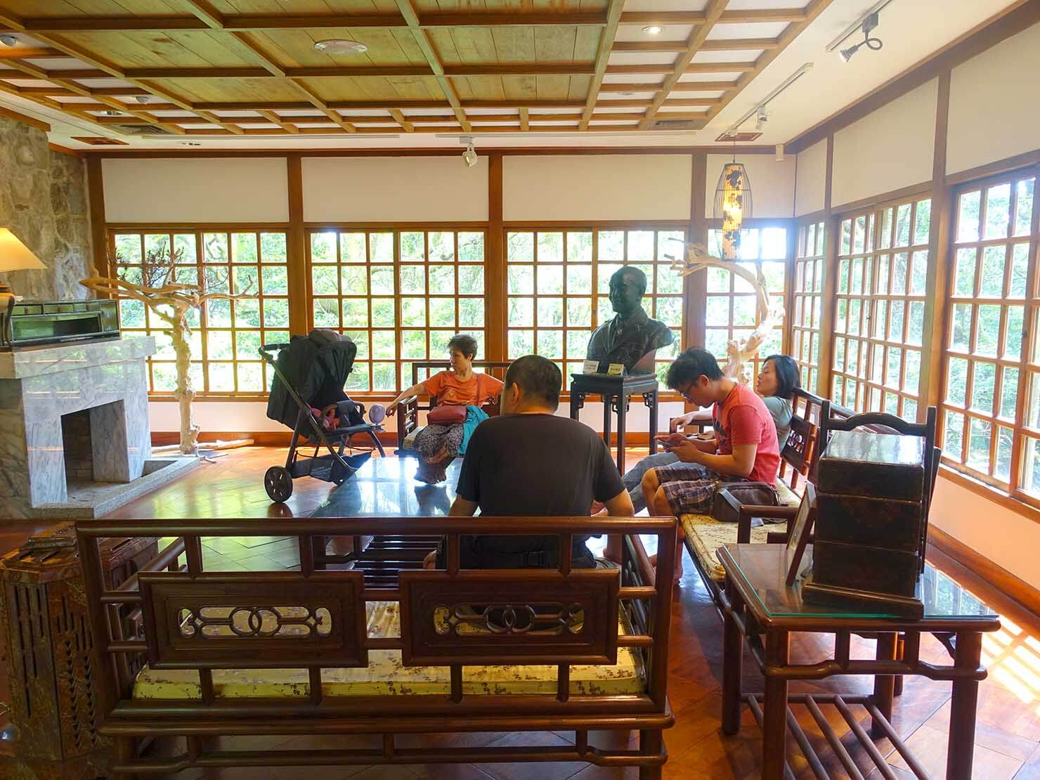 台北・陽明山のおすすめスポット「草山行館」の展示室に座る人々