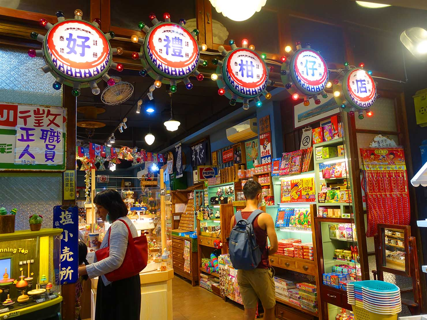 台北・淡水老街のおすすめスポット「中正路」に並ぶ柑仔店