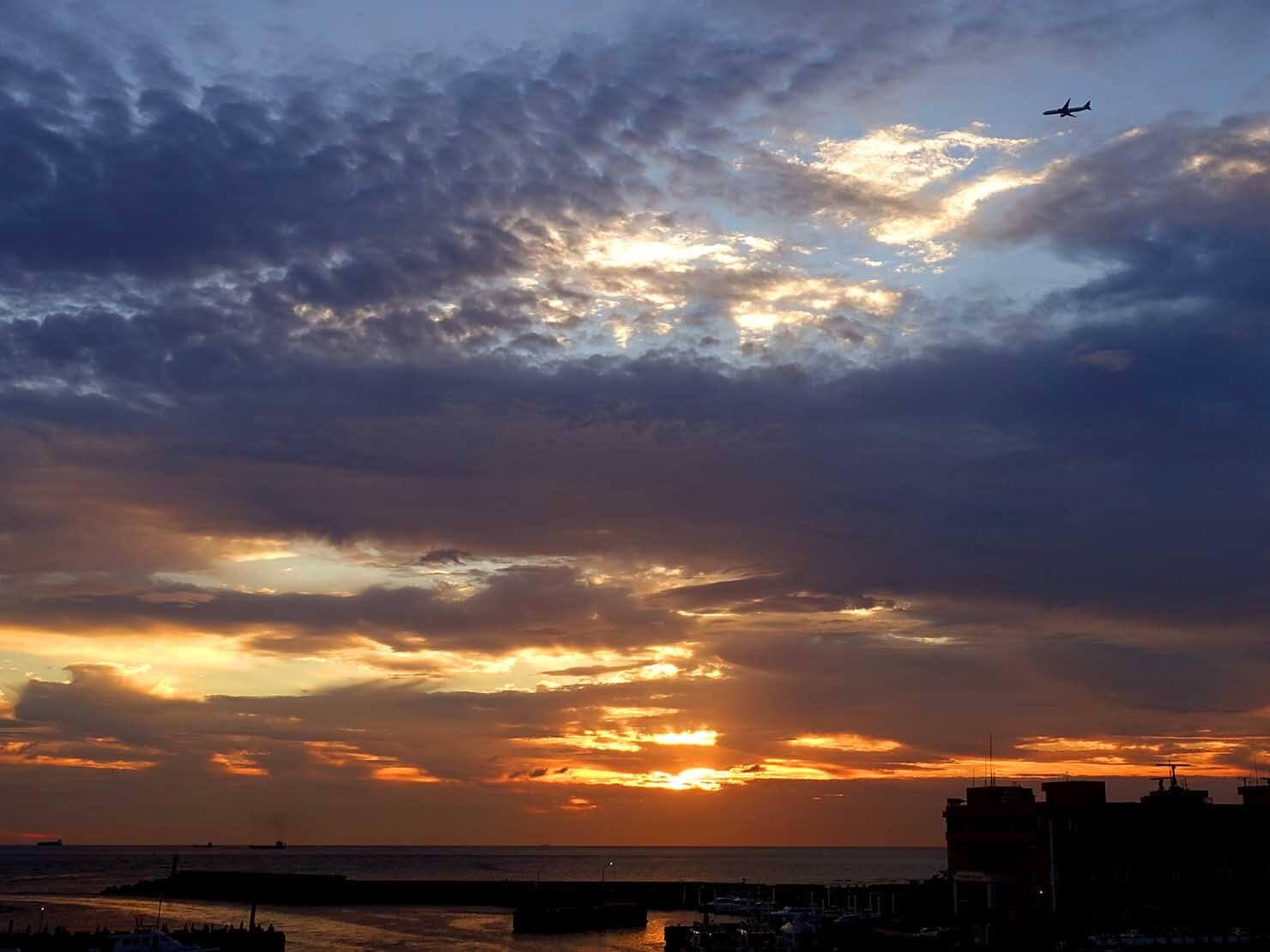 台北・淡水のおすすスポット「漁人碼頭」から眺める夕暮れの空