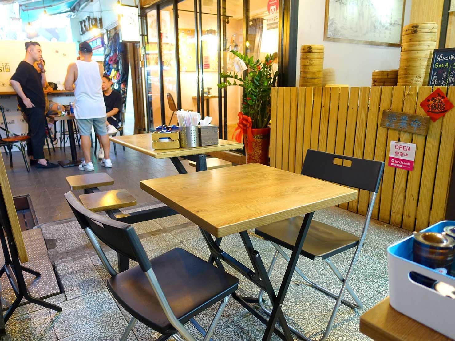 台北・西門町のおすすめグルメ店「梁山泊小籠湯包」のテーブル席