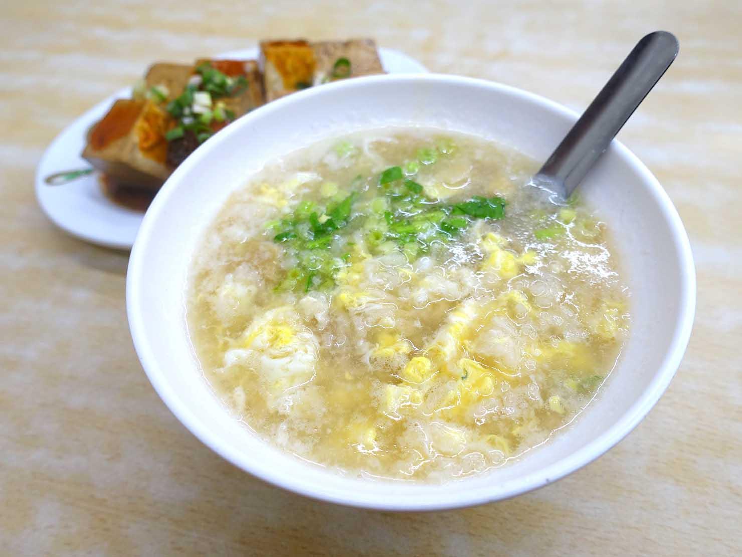 台北・西門町のおすすめグルメ店「國賓鹹粥」の鹹粥加蛋