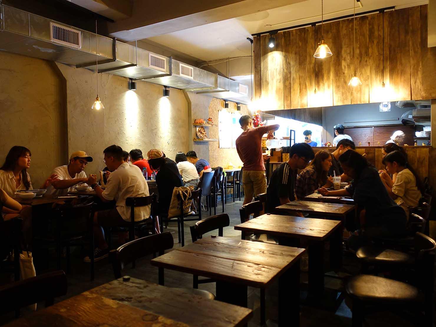 台北駅前エリア(前站)のおすすめグルメ店「話一隻雞」の店内