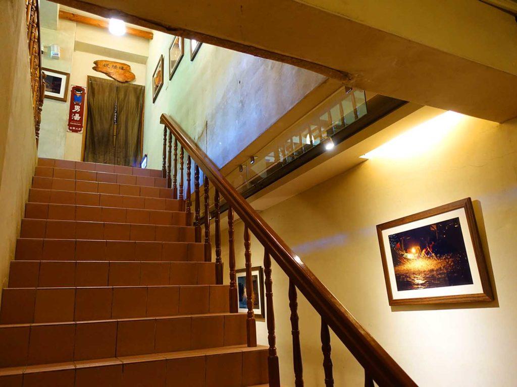 台北・金山温泉「 舊金山總督溫泉」館内の階段
