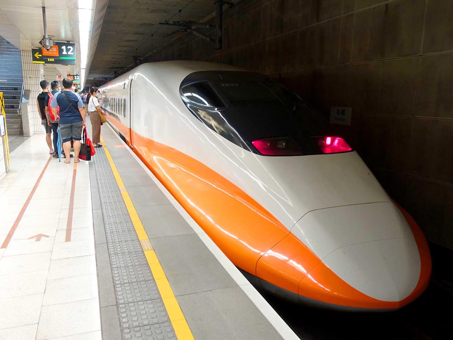 高鐵板橋駅のホームに入る台湾新幹線