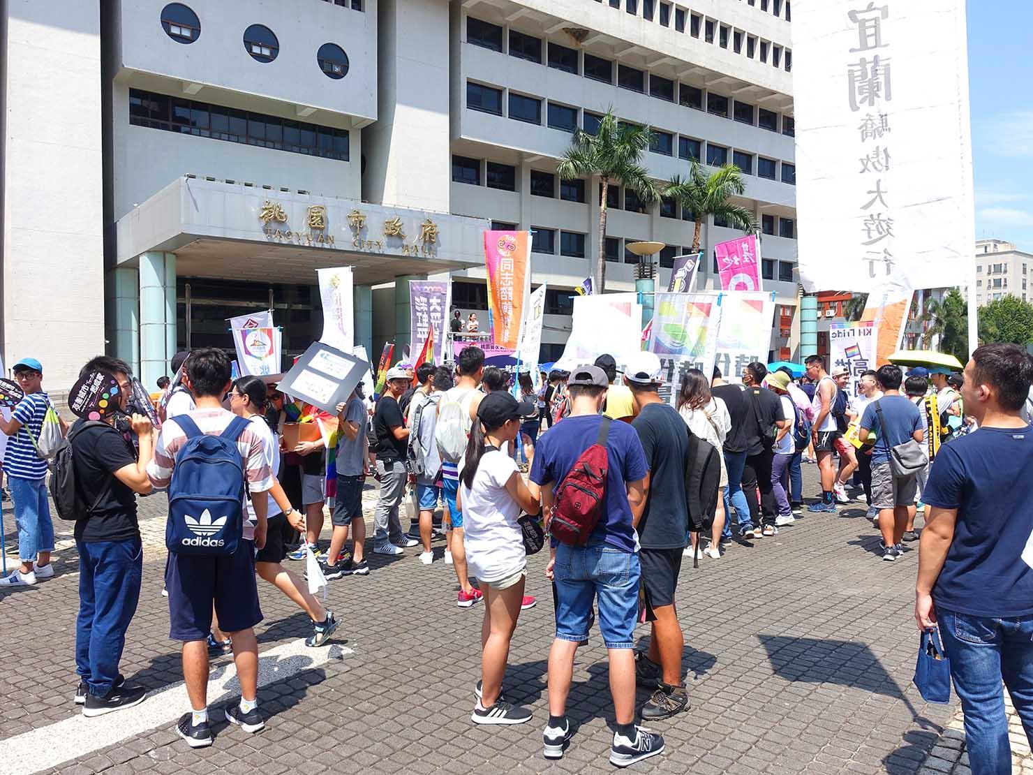 台湾・桃園のLGBTプライド「桃園彩虹野餐日」2020のスタート地点となった桃園市政府前