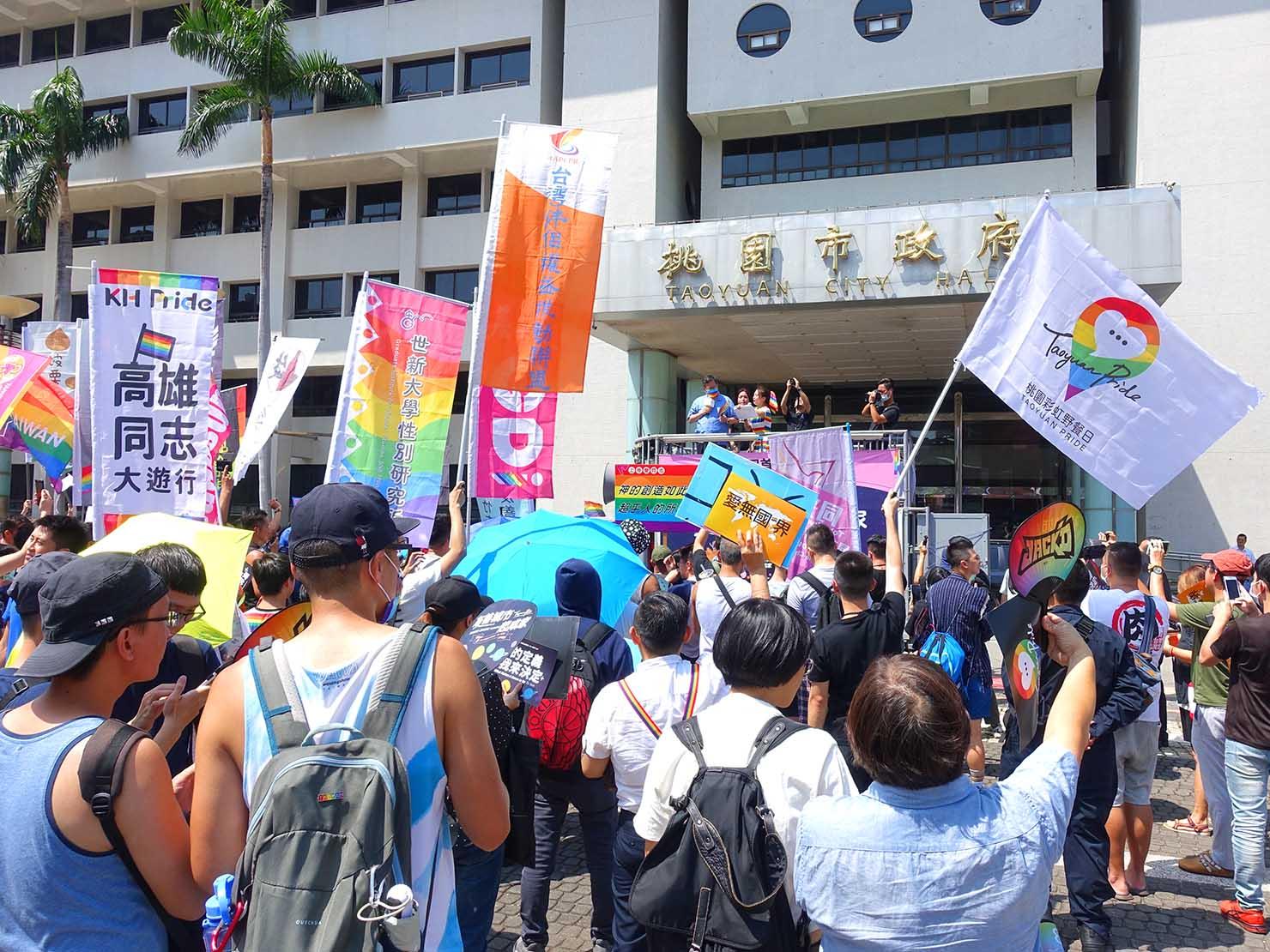 台湾・桃園のLGBTプライド「桃園彩虹野餐日」2020のスタート地点・桃園市政府前に集まる参加者たち