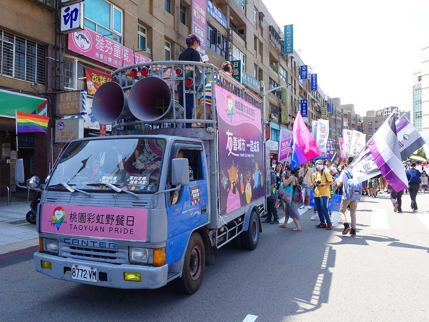 台湾・桃園のLGBTプライド「桃園彩虹野餐日」2020のパレード先導車に続く参加者たち