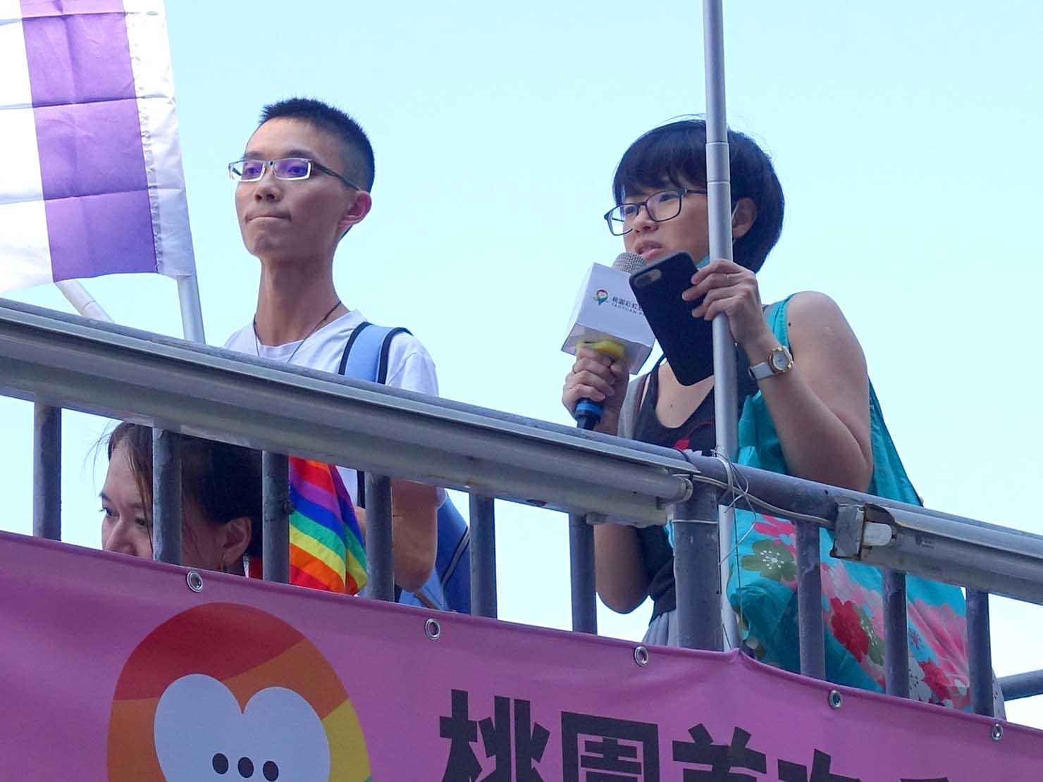 台湾・桃園のLGBTプライド「桃園彩虹野餐日」2020のパレード先導車からスピーチをするLGBT関連団体の代表者