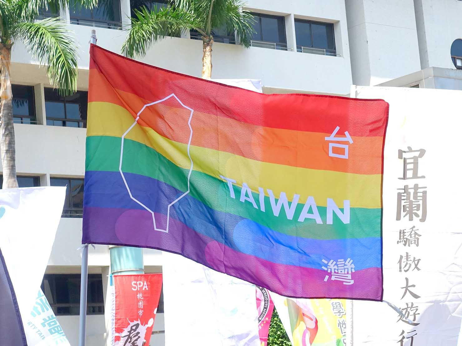 台湾・桃園のLGBTプライド「桃園彩虹野餐日」2020のパレードにはためくレインボーフラッグ