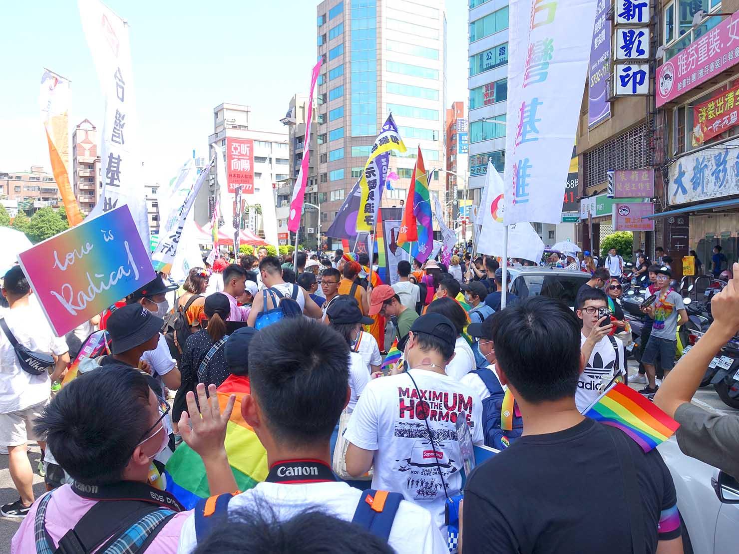 台湾・桃園のLGBTプライド「桃園彩虹野餐日」2020でパレードを歩き始める参加者たち