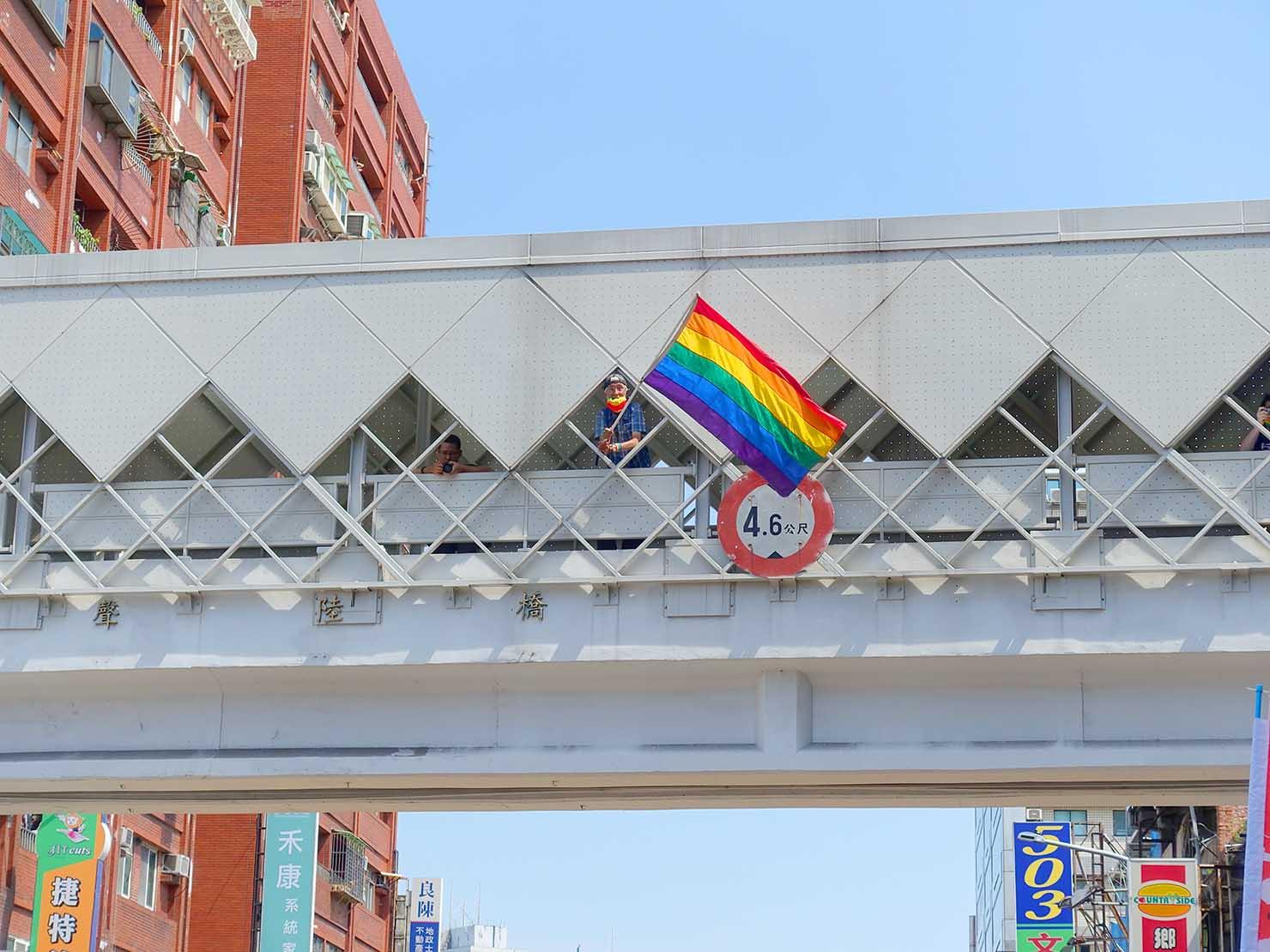 台湾・桃園のLGBTプライド「桃園彩虹野餐日」2020のパレードでレインボーフラッグを振る祁家威氏