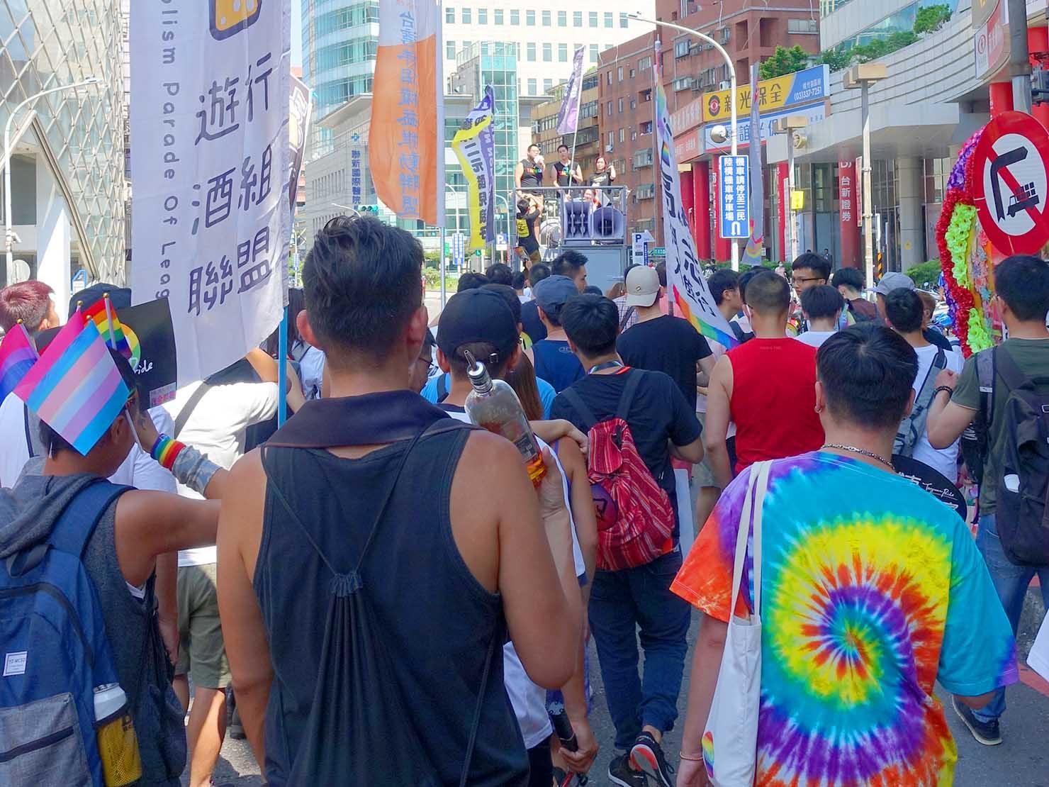 台湾・桃園のLGBTプライド「桃園彩虹野餐日」2020で先導車に続くパレード隊列