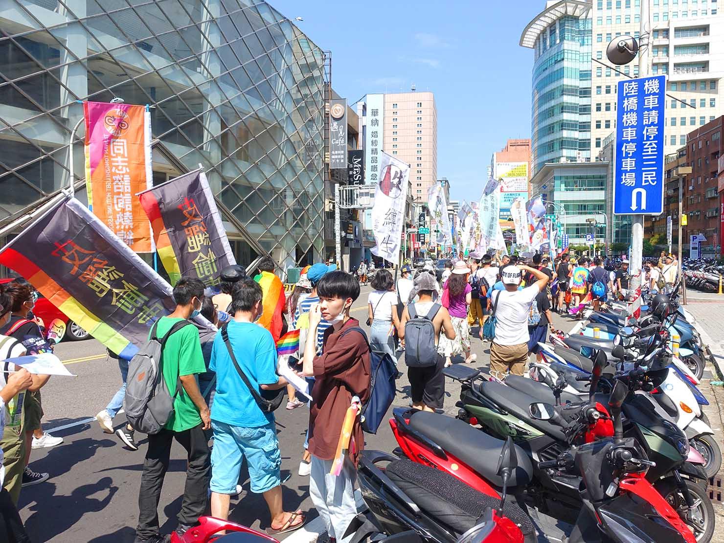 台湾・桃園のLGBTプライド「桃園彩虹野餐日」2020のパレード隊列を沿道から