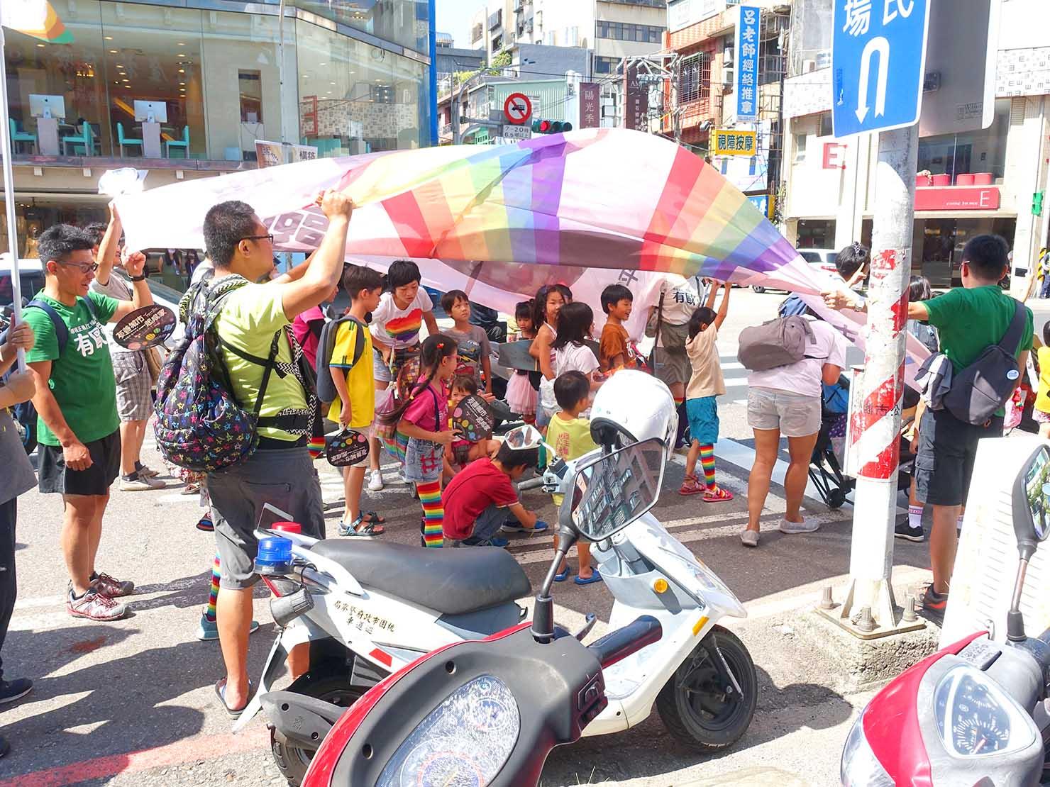 台湾・桃園のLGBTプライド「桃園彩虹野餐日」2020のパレードを親子で歩くグループ