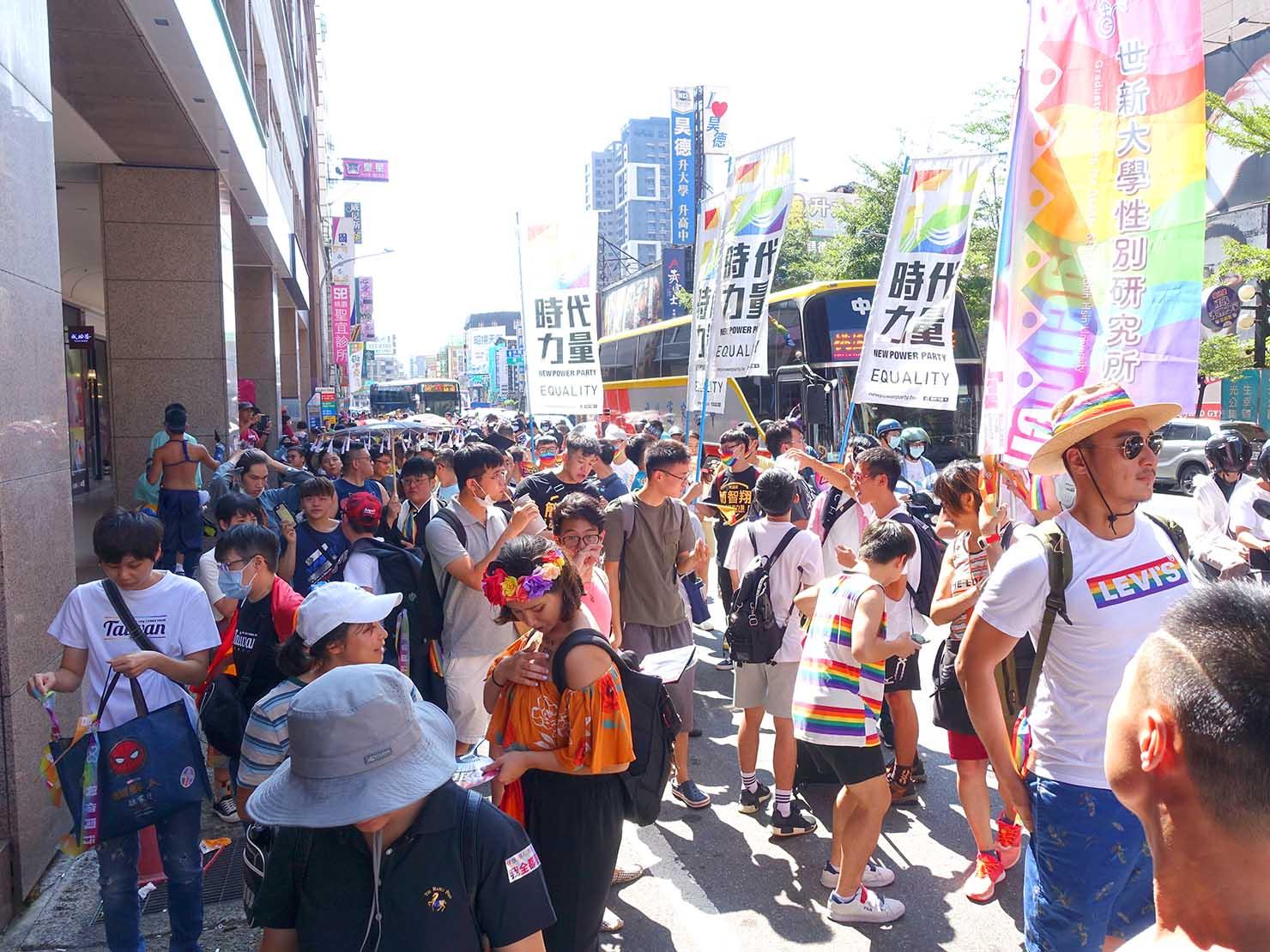 台湾・桃園のLGBTプライド「桃園彩虹野餐日」2020で繁華街に差しかかるパレード隊列を振り返る
