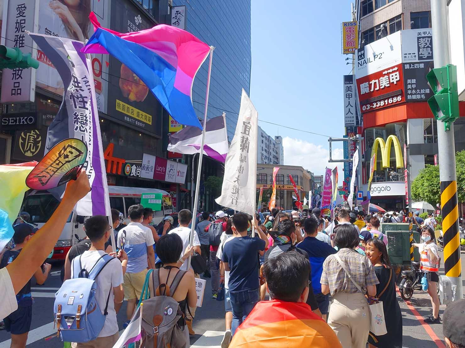 台湾・桃園のLGBTプライド「桃園彩虹野餐日」2020で繁華街に差しかかるパレード隊列を後方から