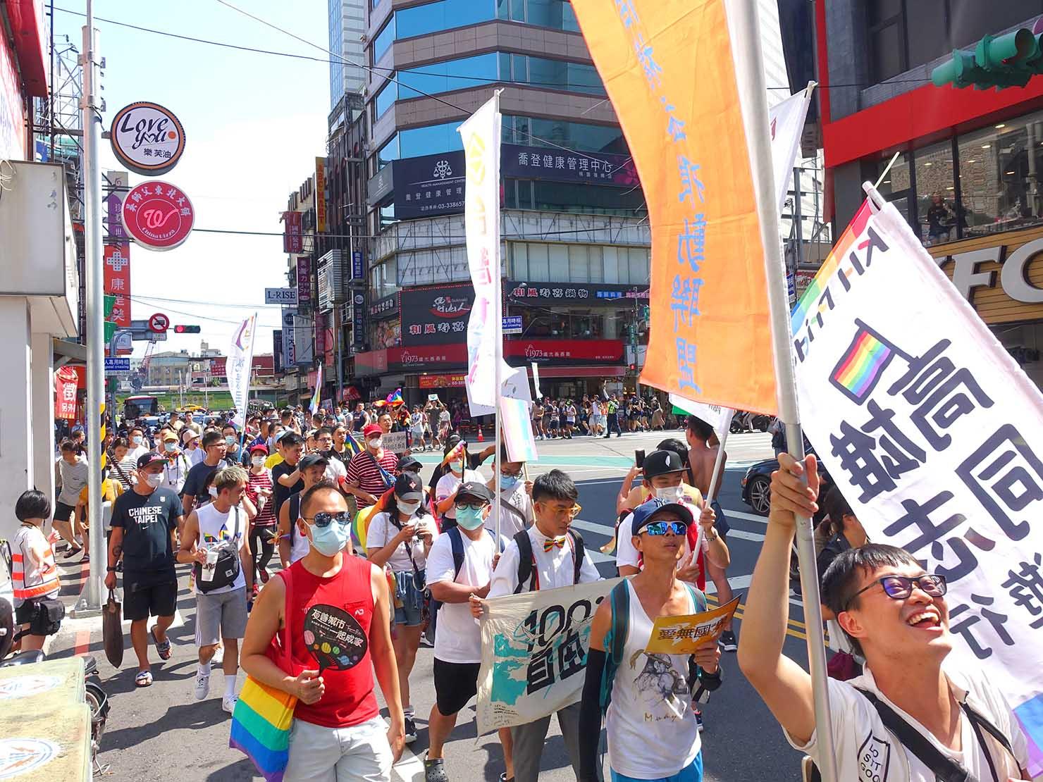 台湾・桃園のLGBTプライド「桃園彩虹野餐日」2020で方向転換するパレード隊列