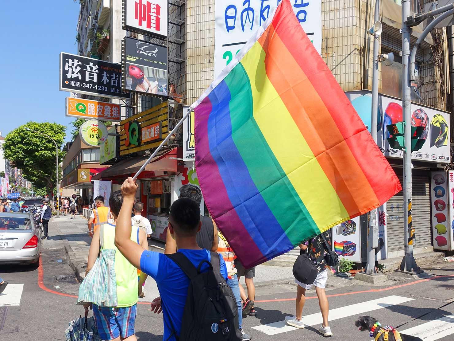 台湾・桃園のLGBTプライド「桃園彩虹野餐日」2020でレインボーフラッグを掲げて歩く参加者