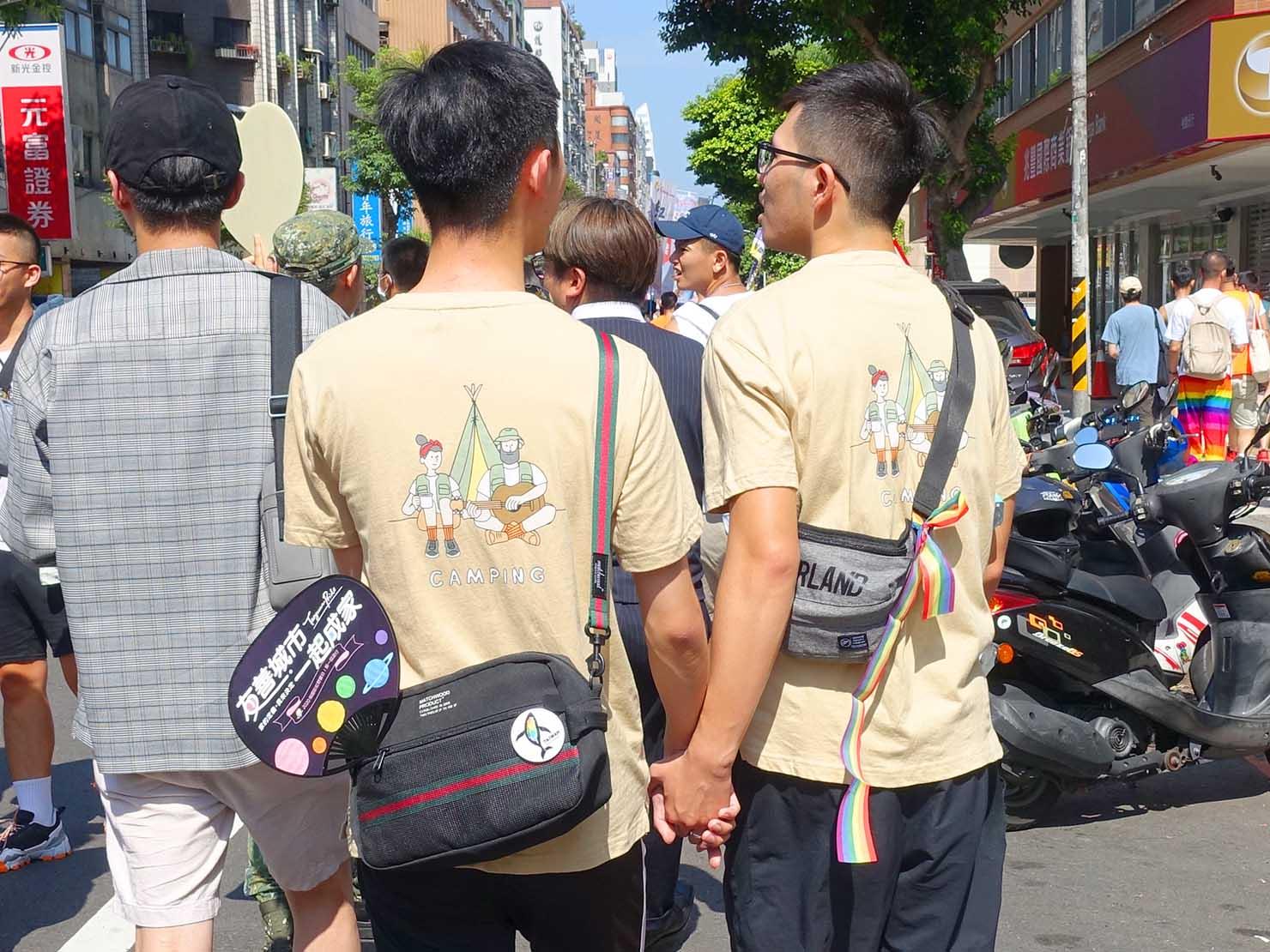 台湾・桃園のLGBTプライド「桃園彩虹野餐日」2020で手を繋いで歩くカップル