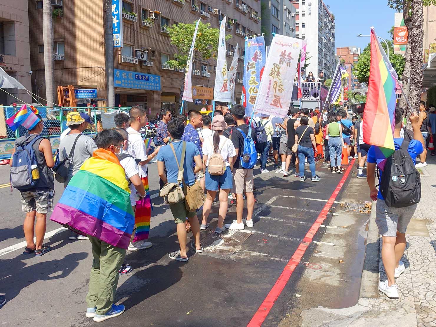 台湾・桃園のLGBTプライド「桃園彩虹野餐日」2020のパレード隊列終盤を沿道から