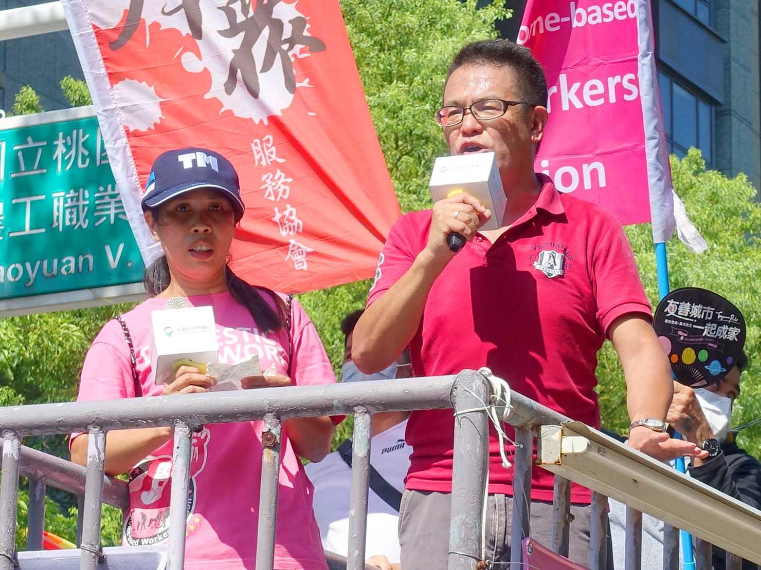 台湾・桃園のLGBTプライド「桃園彩虹野餐日」2020の先導車からスピーチを翻訳する男性
