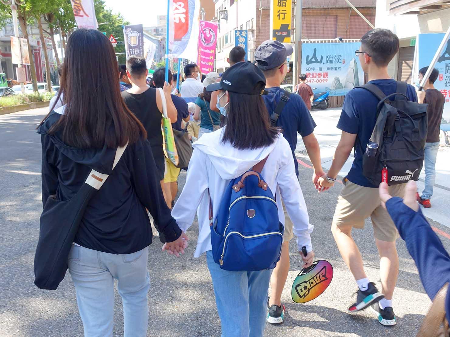 台湾・桃園のLGBTプライド「桃園彩虹野餐日」2020のパレードで手を繋いで歩くカップルたち