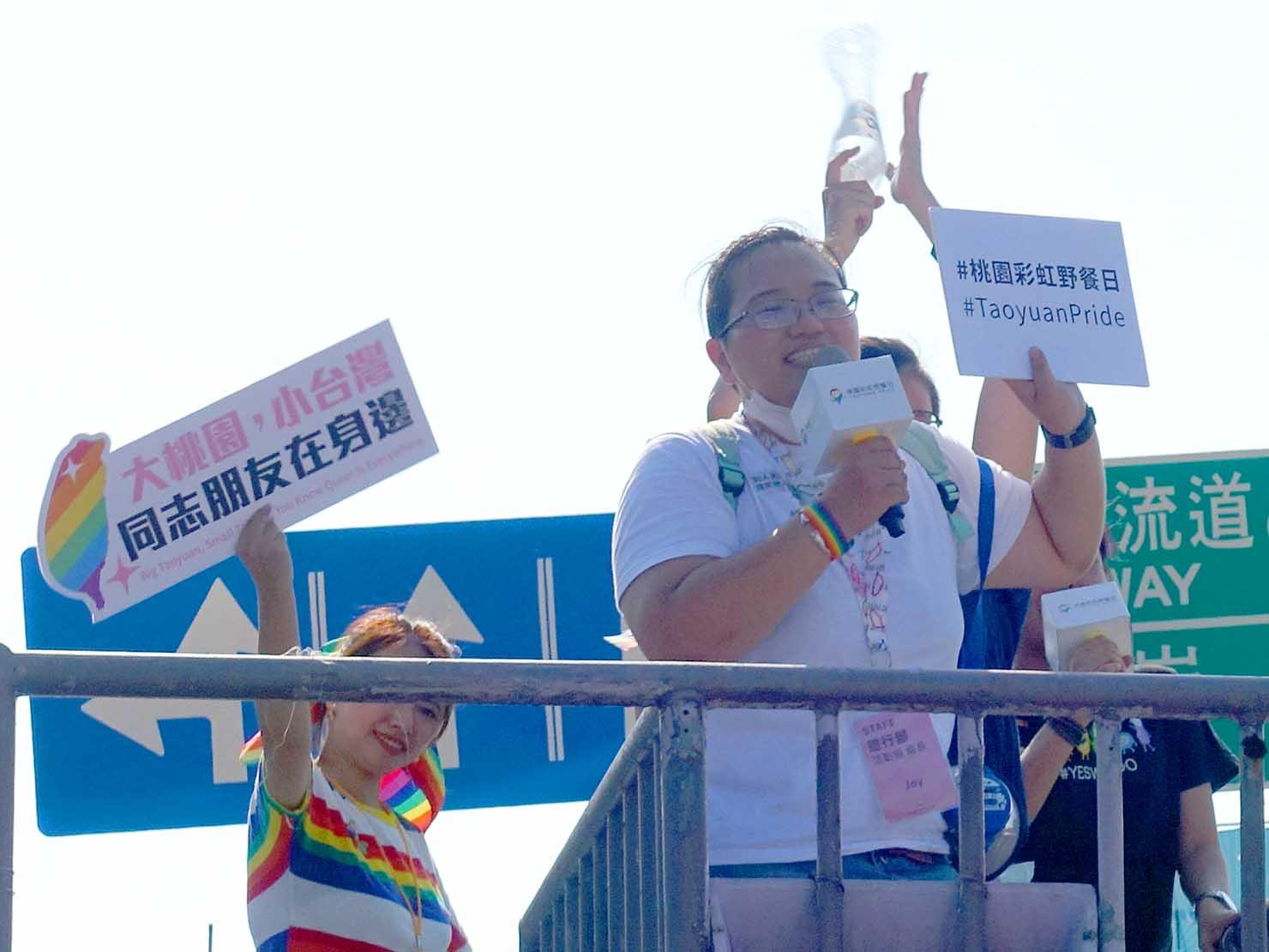 台湾・桃園のLGBTプライド「桃園彩虹野餐日」2020のパレード先導車からスピーチをする主催者