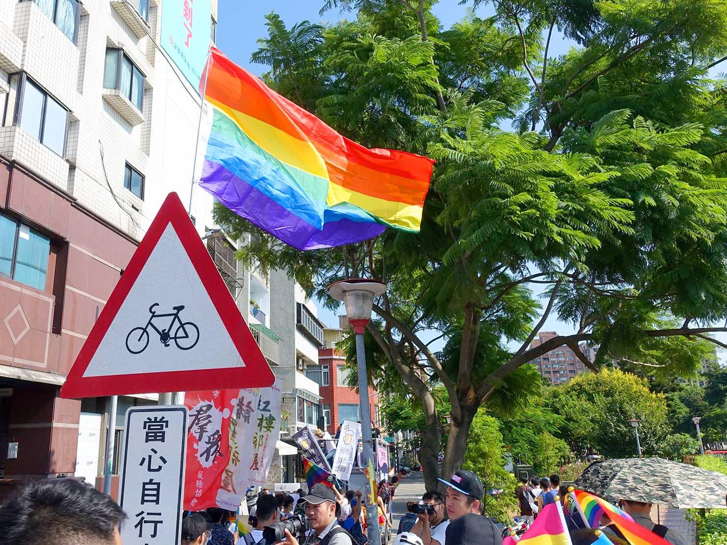 台湾・桃園のLGBTプライド「桃園彩虹野餐日」2020のゴール地点前に翻るレインボーフラッグ
