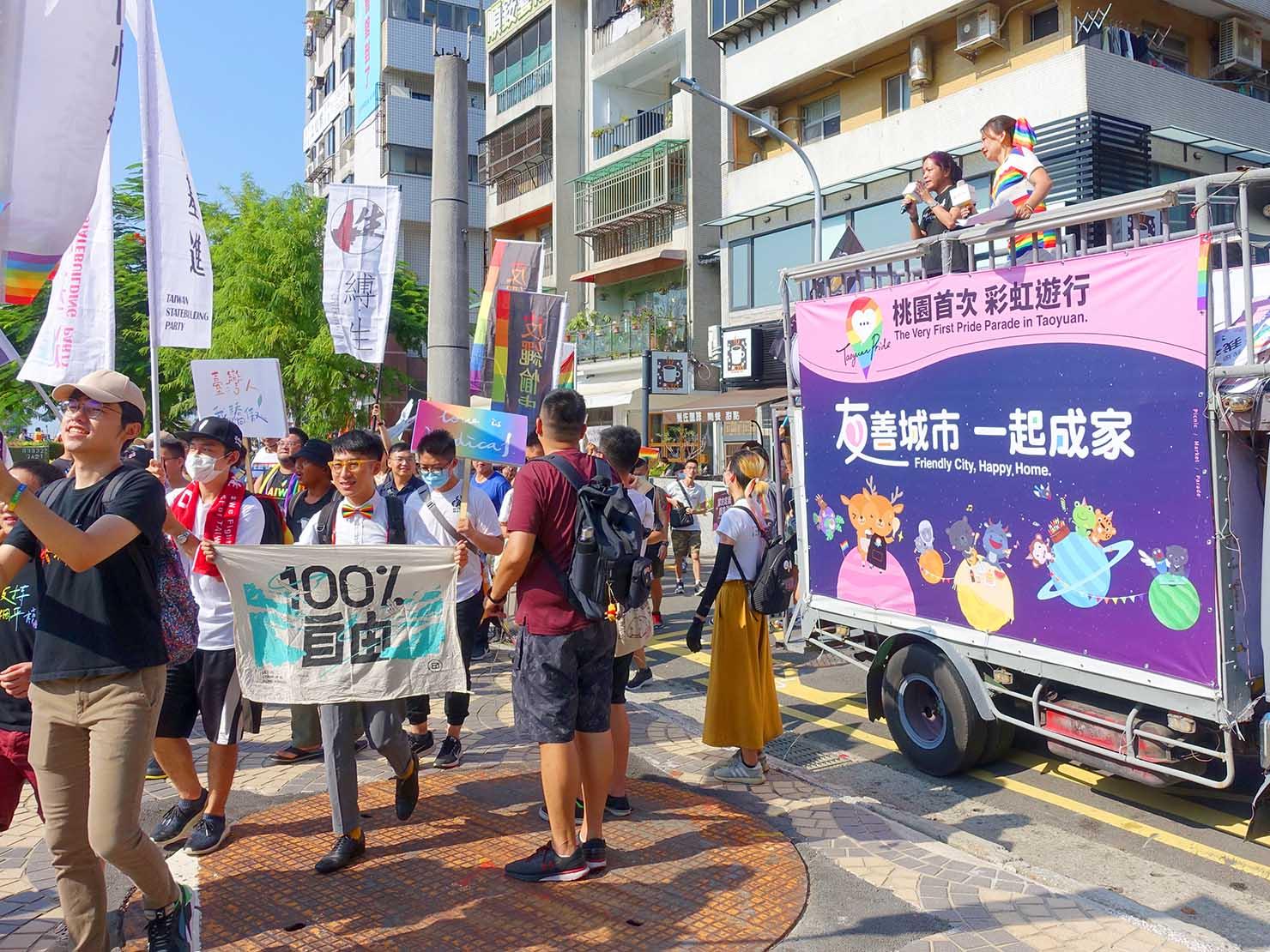 台湾・桃園のLGBTプライド「桃園彩虹野餐日」2020のゴール地点へと入っていくパレード隊列