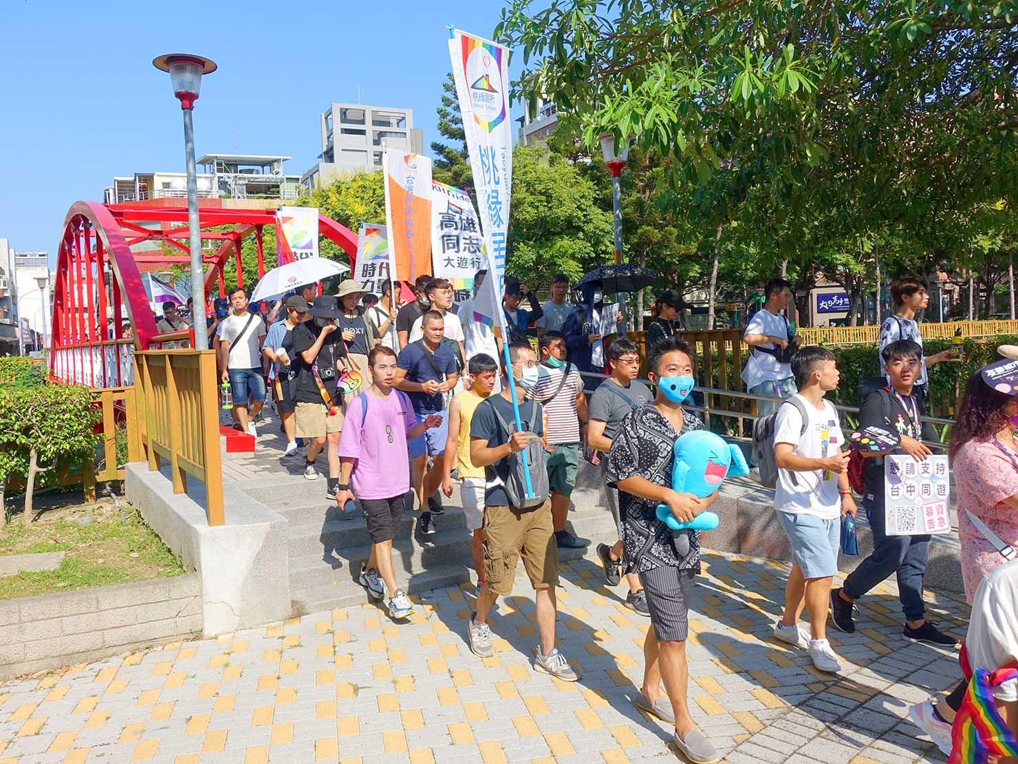 台湾・桃園のLGBTプライド「桃園彩虹野餐日」2020のゴール地点に到着するパレード隊列