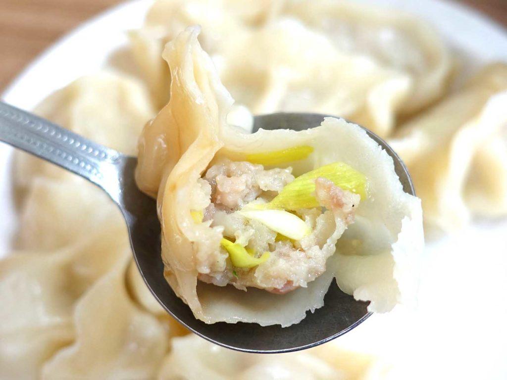 台北・西門町のおすすめグルメ店「張記鍋貼牛肉麵」の水餃クローズアップ