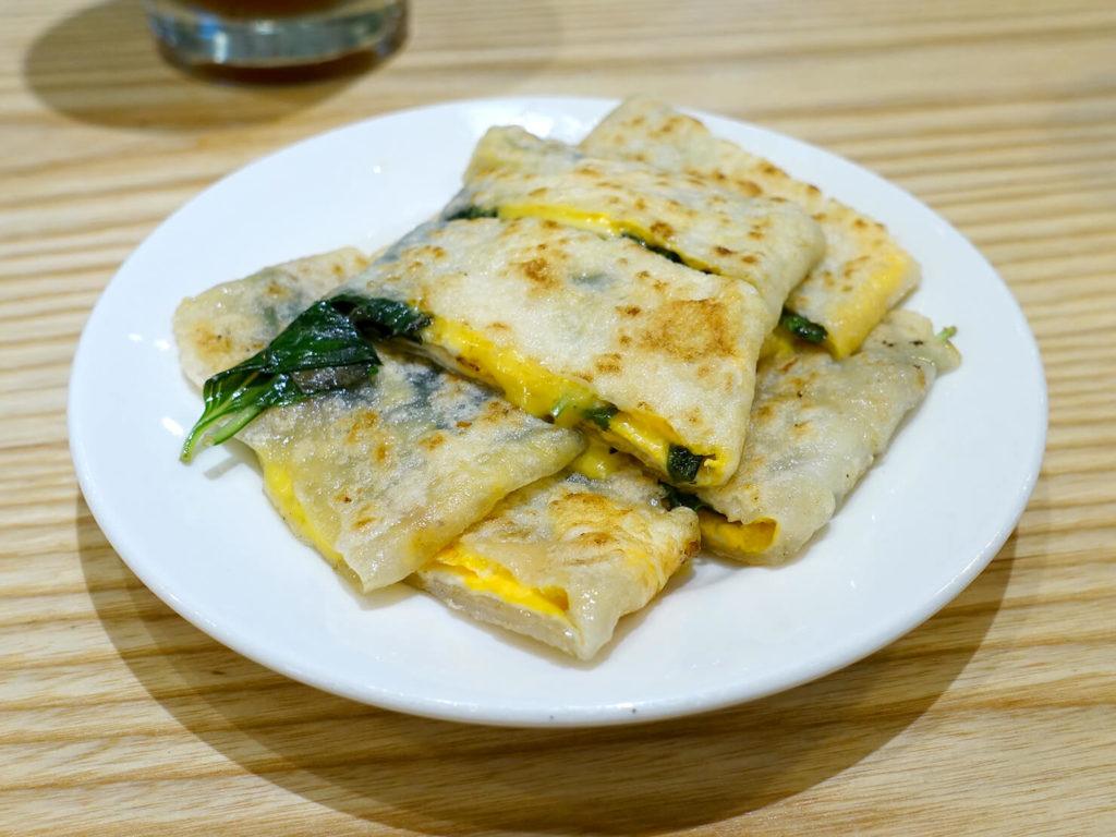 台北・西門町での朝ごはんにおすすめのグルメ店「甘妹弄堂」の塔香起司蛋餅