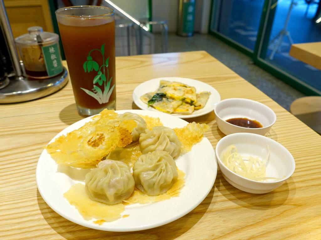 台北・西門町での朝ごはんにおすすめのグルメ店「甘妹弄堂」の招牌韭黃鐵板湯包套餐