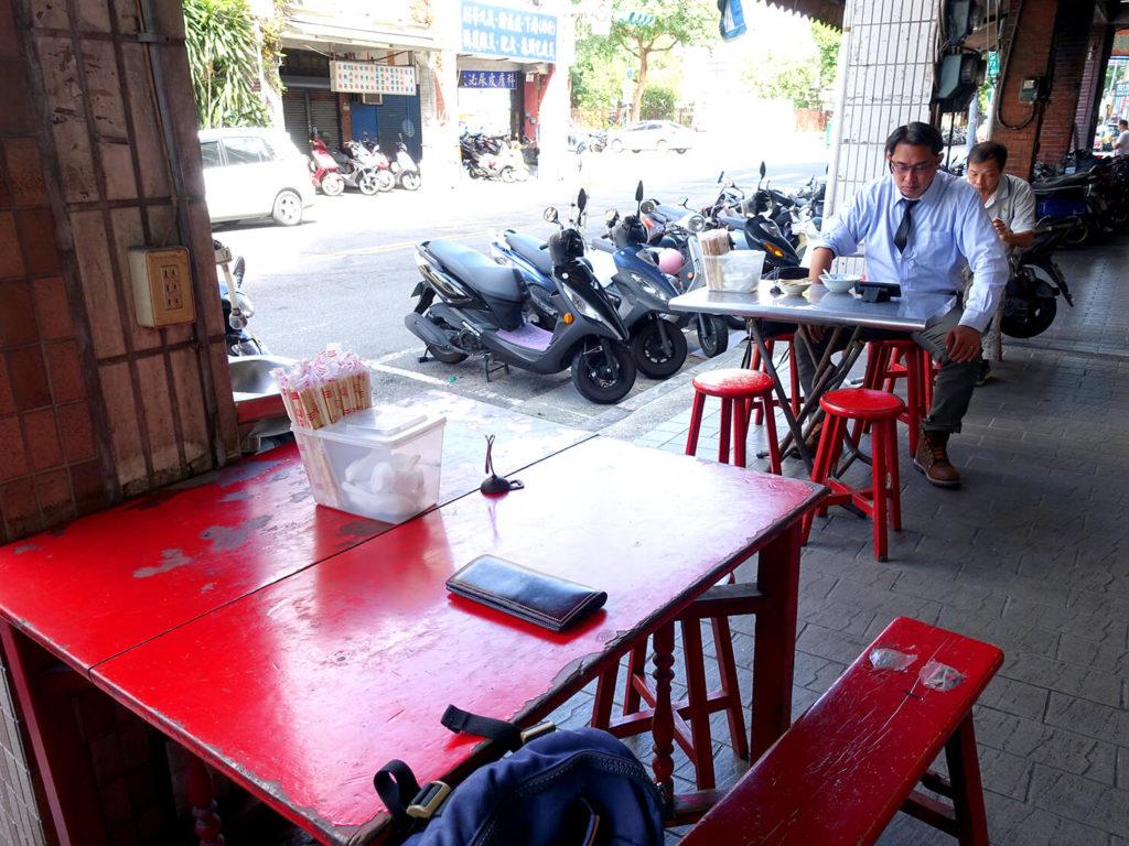 台北・西門町での朝ごはんにおすすめのグルメ店「惠安四神湯」のテーブル席