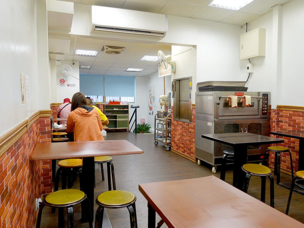 台北・西門町での朝ごはんにおすすめのグルメ店「萍姐酸菜麵」の店内