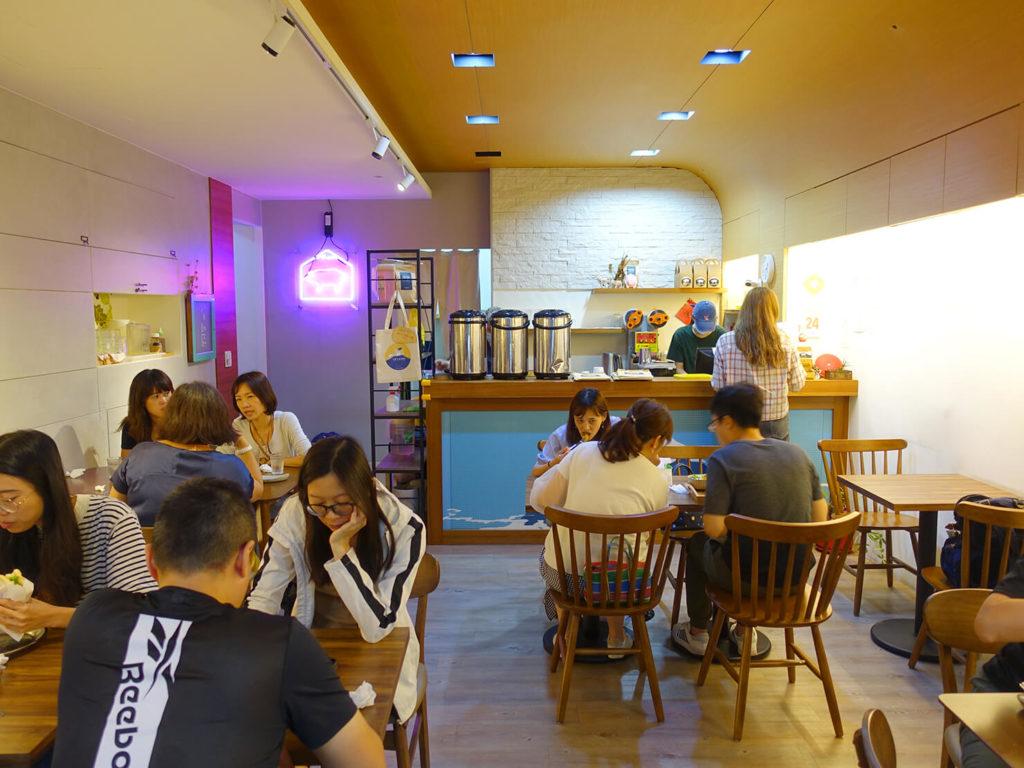 台北・西門町での朝ごはんにおすすめのグルメ店「富士山の豬」の店内