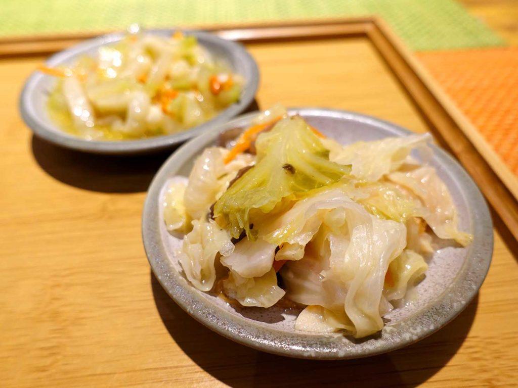 台北101/世貿駅(吳興商圈)のおすすめグルメ店「深坑陳老闆」油雞絲肉飯の付け合わせ野菜