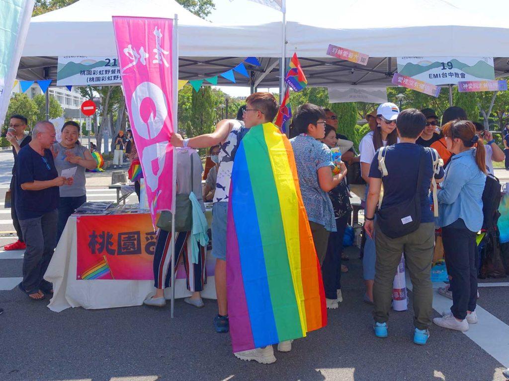 「苗栗愛轉來平權遊行」2020の会場でレインボーフラッグを纏う参加者