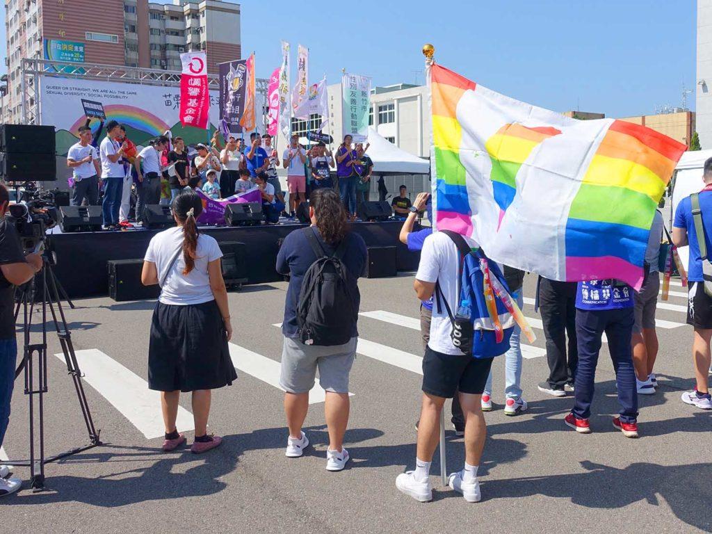 「苗栗愛轉來平權遊行」2020の会場ステージ前に集まる参加者