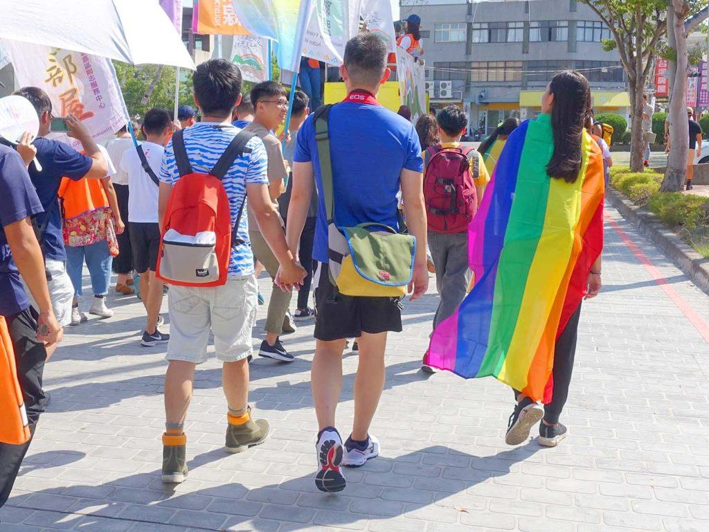 「苗栗愛轉來平權遊行」2020のパレードを手を繋いで歩くカップル