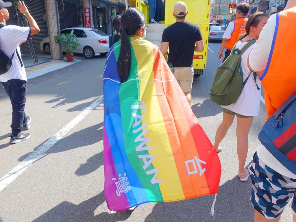 「苗栗愛轉來平權遊行」2020のパレードで台湾のレインボーフラッグを纏って歩く参加者