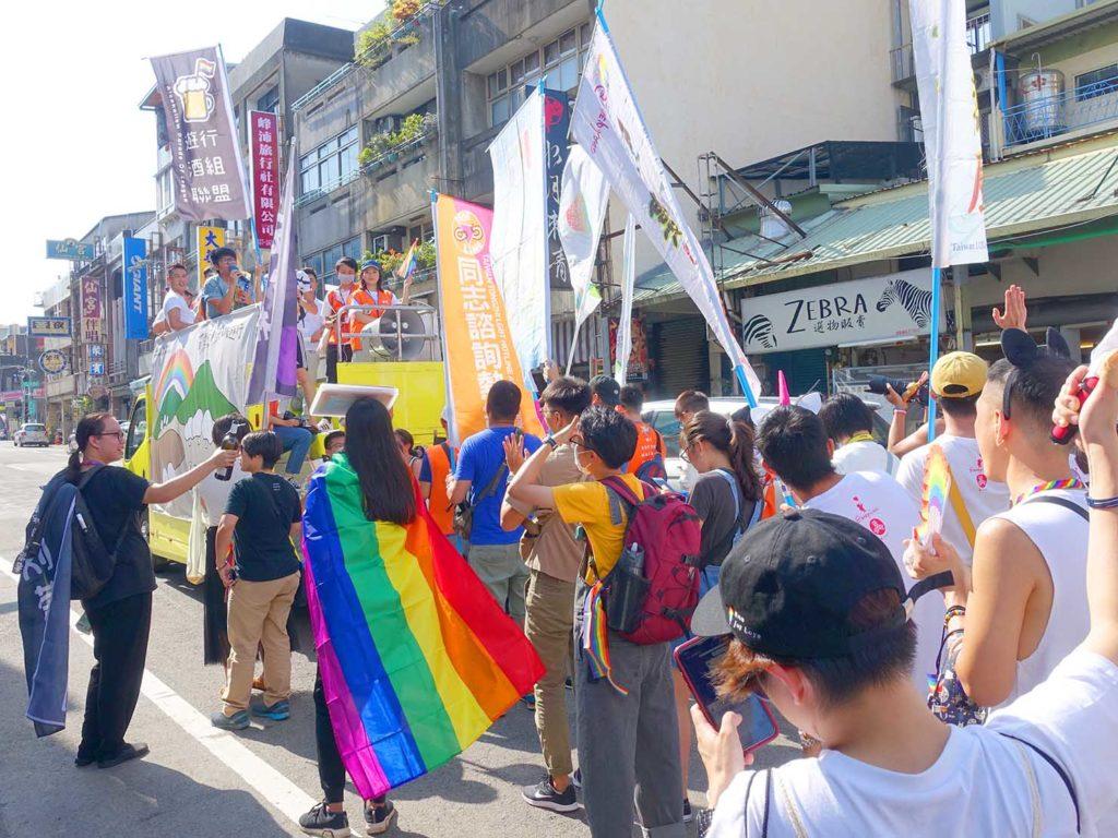 「苗栗愛轉來平權遊行」2020のパレード先導車に続く参加者たち