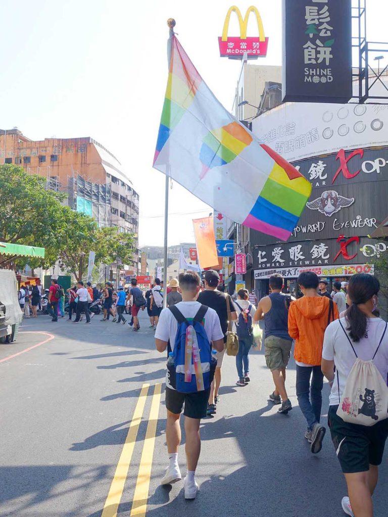 「苗栗愛轉來平權遊行」2020のパレードでレインボーフラッグを掲げて歩く参加者