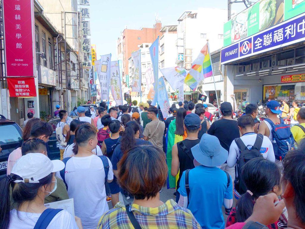 「苗栗愛轉來平權遊行」2020で苗栗市街中心部にさしかかるパレード隊列